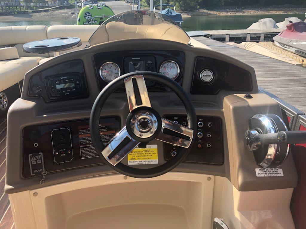 2014 Crest Classic 250 SLE Entertainer w/ 150 HP Mercury Outboard